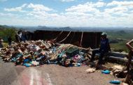 Caminhão carregado de água sanitária tomba na Serra de Teixeira